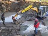 Příprava trasy kanalizace pod řekou_10