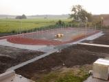 Zemní úpravy na hřišti za ZŠ pokračují, instalace mantinelů